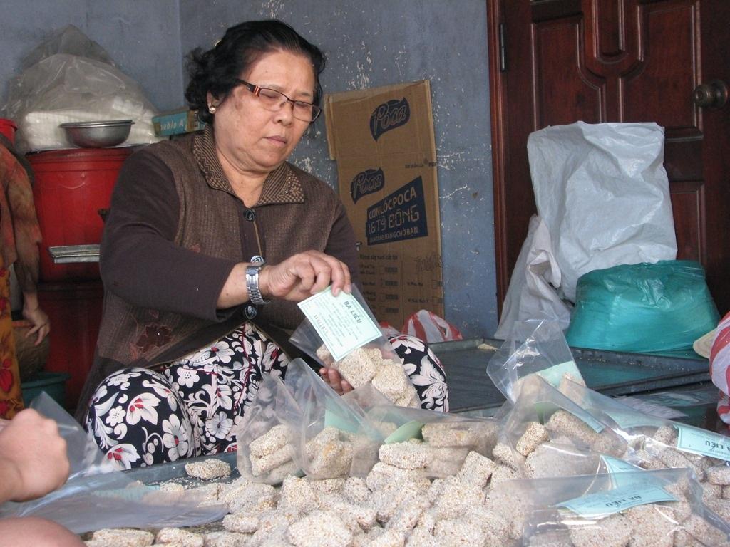 Bà Liễu đang đóng gói bánh