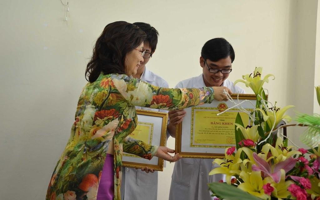 Chủ tịch UBND TP Đà Nẵng tặng bằng khen cho hai bác sĩ hiến máu cứu sản phụ