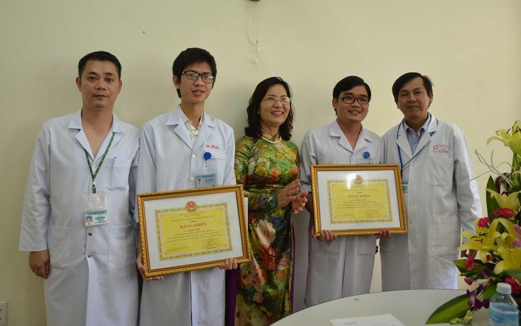 Nghĩa cử cao đẹp của hai bác sĩ thể hiện tấm lòng của người thầy thuốc hết lòng vì bệnh nhân