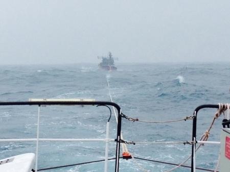Lực lượng chức năng kéo một tàu cá gặp nạn trên biển vào bờ