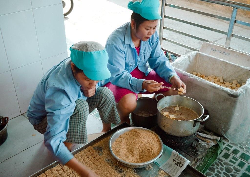 Bánh được lăn qua một lớp mè thơm sau khi tẩm đường mía