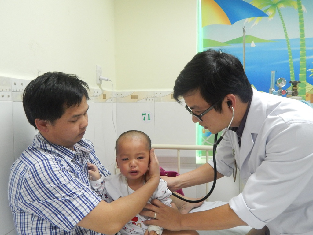 Bác sĩ đang thăm khám cho cháu bé
