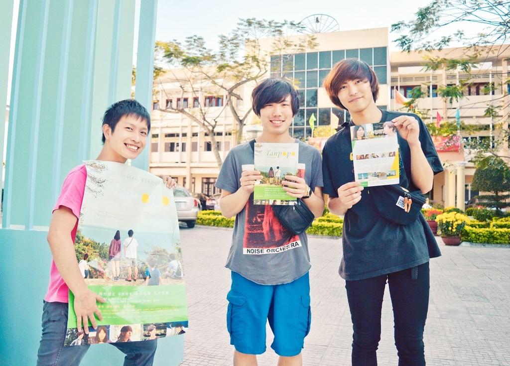 Các bạn sinh viên trường Đại học kinh tế Takasaki vui vẻ giới thiệu bộ phim của mình