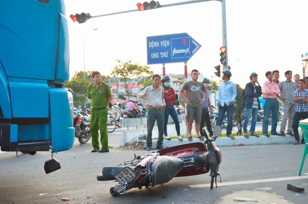Chiếc xe máy của nạn nhân đã được kéo ra khỏi gầm container