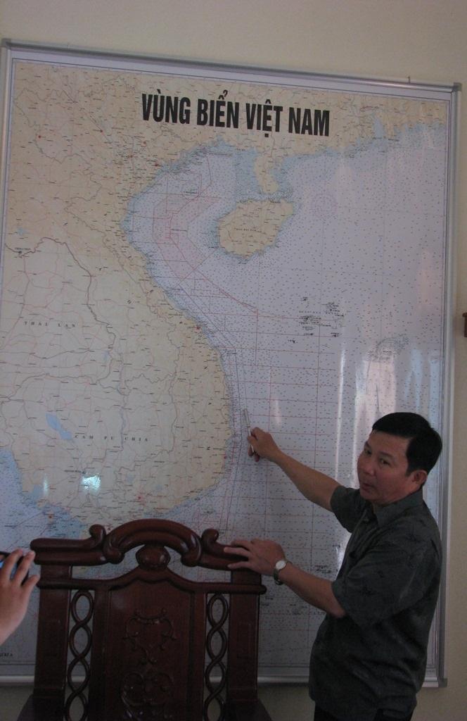Đại tá Lê Tiến Hưng chỉ những vùng biển thuộc chủ quyền Việt Nam trên bản đồ.