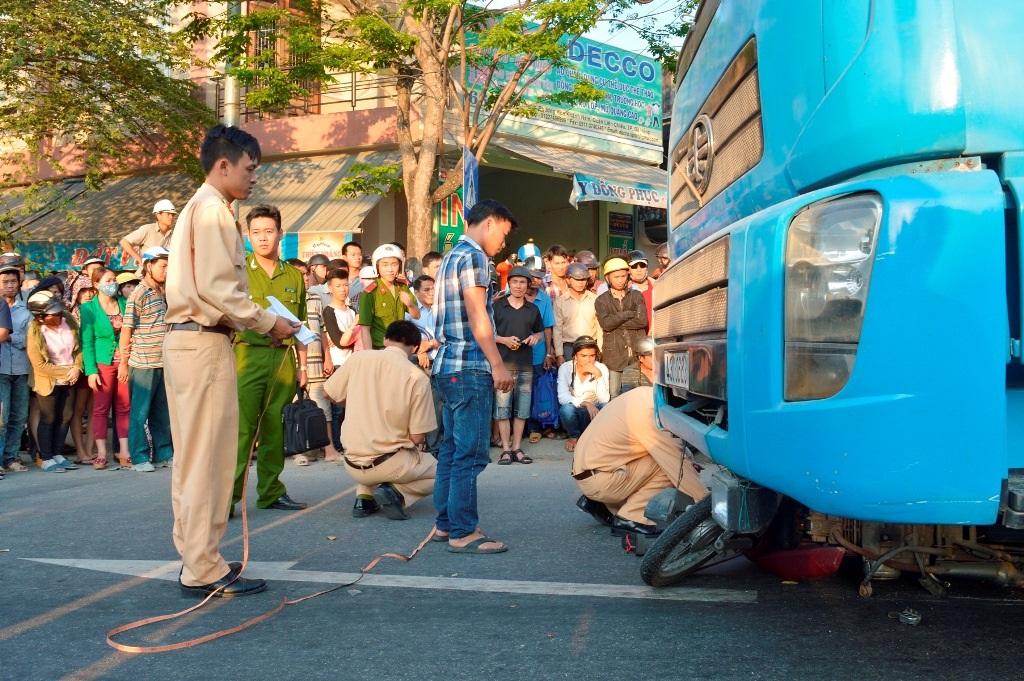 Lực lượng chức năng có mặt tại hiện trường để giải quyết vụ tai nạn
