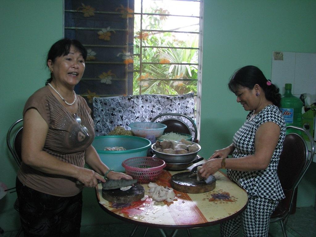Người dân tổ 86 và tổ 88 (phường Hòa Khánh Nam) chuẩn bị đồ ăn cho bữa liên hoan