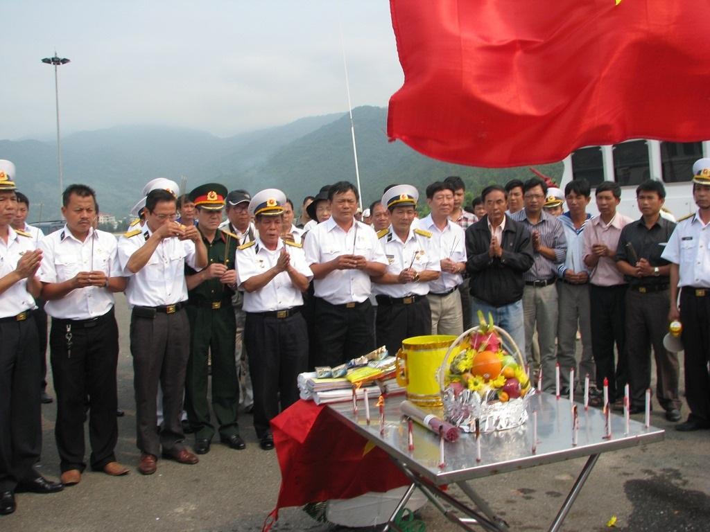 Vòng hoa được dâng lên để tưởng nhớ các tử sĩ.