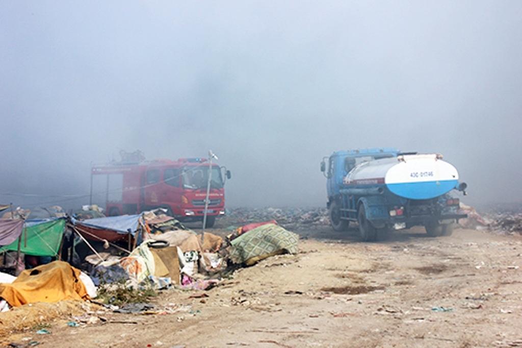 Lực lượng chức năng huy động xe tiến hành dập tắt đám cháy