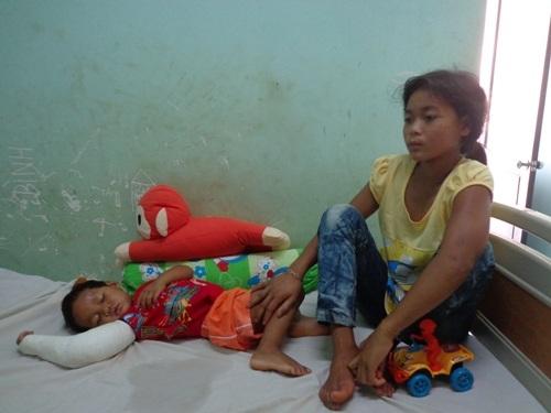 Hai chị em H'Hơn, K'Bơn đang được điều trị tại bệnh viện