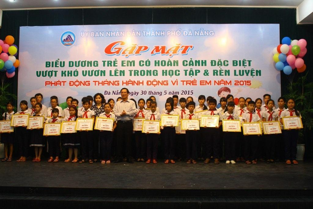 UBND TP Đà Nẵng trao học bổng cho các em có hoàn cảnh đặc biệt khó khăn đã vươn lên trong học tập
