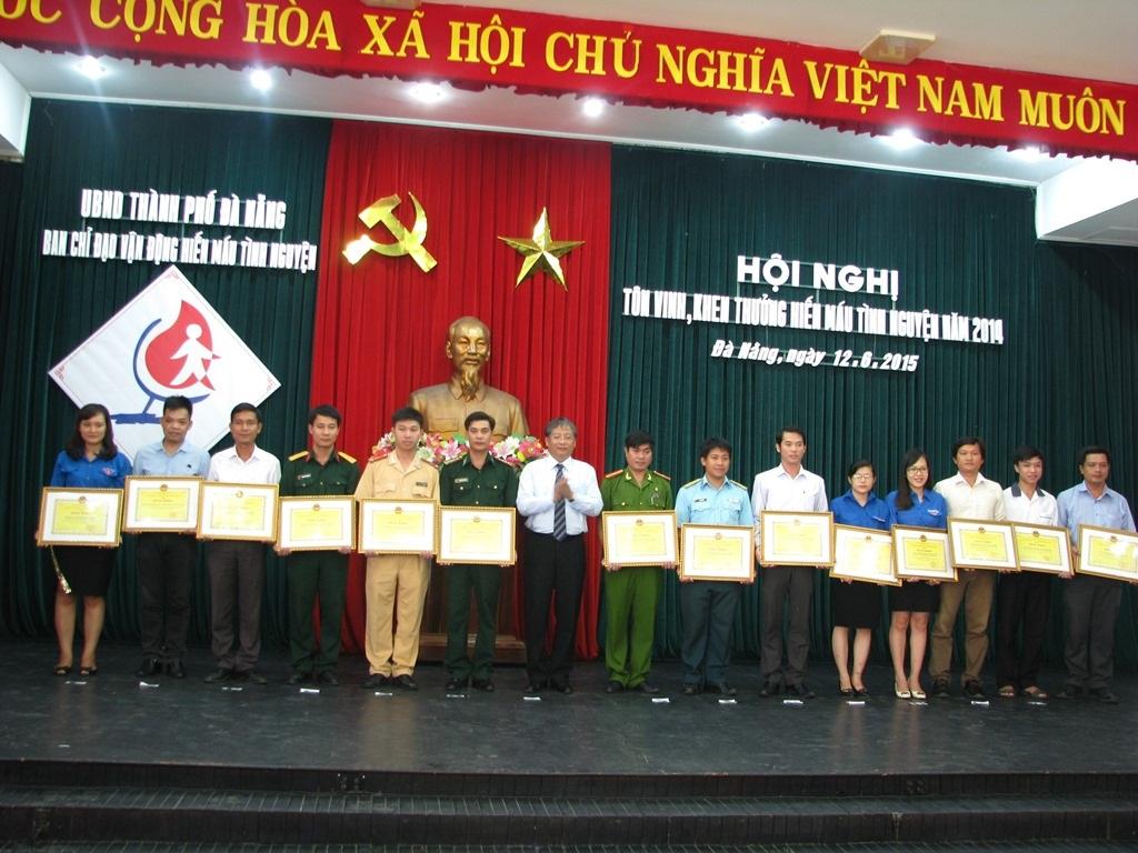 Lãnh đạo TP Đà Nẵng tặng bằng khen cho các tập thể