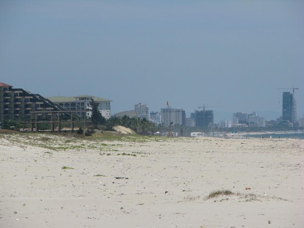 Trên địa bàn phường Khuê Mỹ, các resort được xây nối sát nhau, bịt hết đường xuống biển