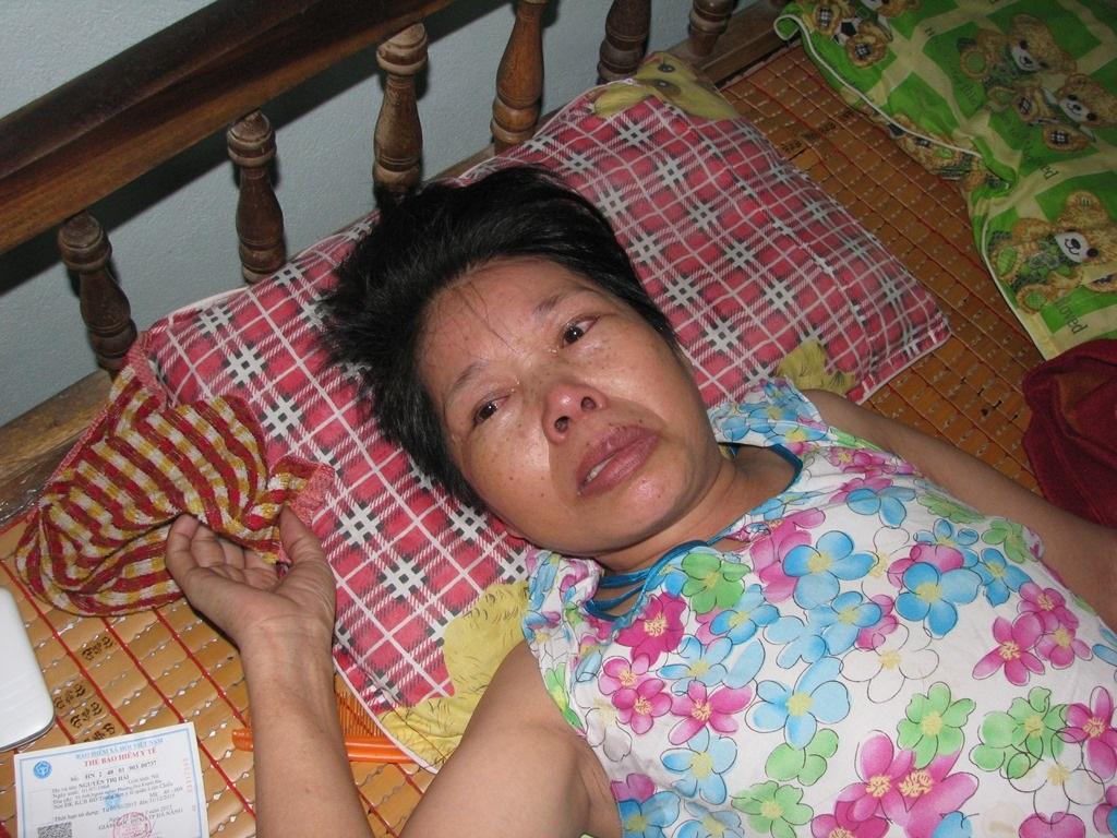 Nên khi cô ngã bệnh, người con gái đã lớn đã đưa cô về nhà mình