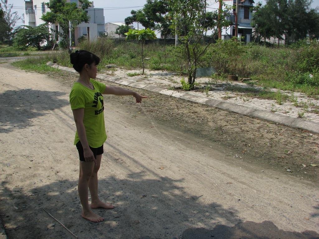 Ở đây đường cũng chưa được thảm nhựa.