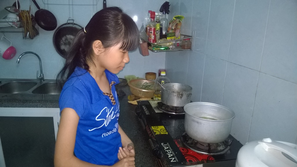 ... nấu ăn cho mẹ mỗi khi đi học về