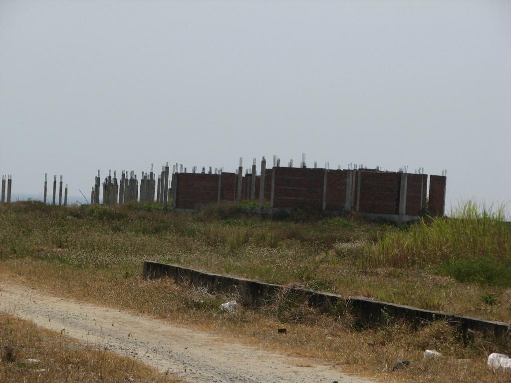 Nhiều dự án khu nghỉ dưỡng cũng đang bỏ hoang, chiếm hết lối xuống biển của người dân