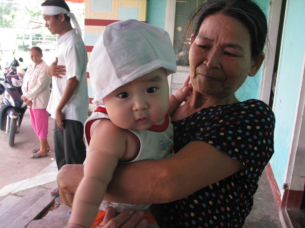 Cháu út mới 5 tháng tuổi đã không còn được bú sữa mẹ
