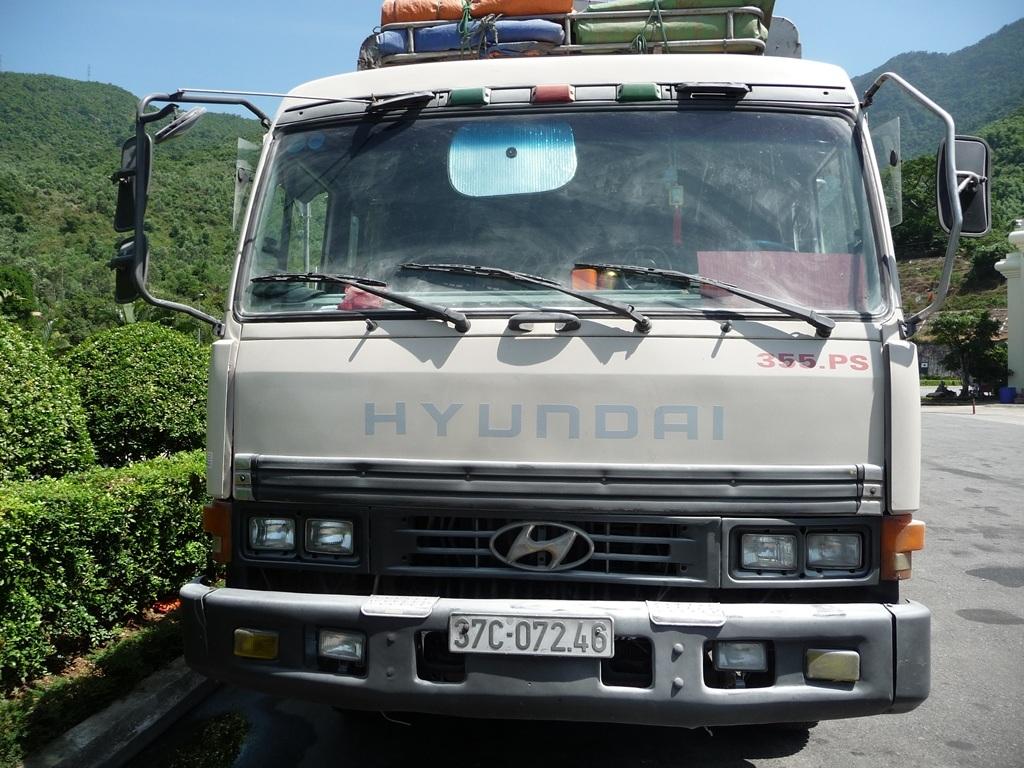 Xe tải bị cháy được đưa ra khỏi hầm