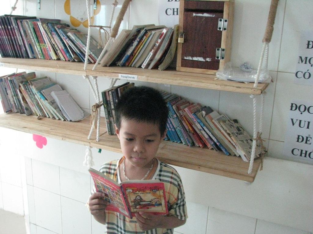 Các cháu nhỏ đang điều trị bệnh tại đây rất thích đọc truyện