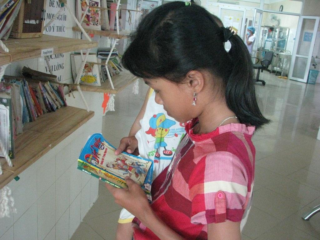 Nhiều em nhỏ khi đến thăm anh, chị, em mình đang nằm viện cũng đến đây đọc truyện