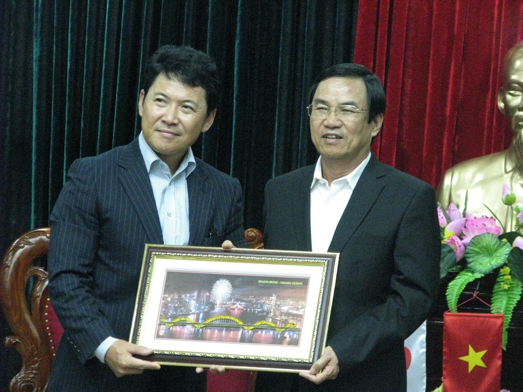 Phó Chủ tịch UBND TP Đà Nẵng Phùng Tấn Viết tặng ông Katsuro Nagai bức tranh cầu Rồng