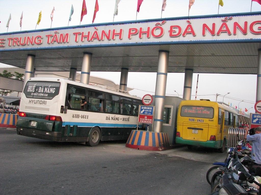 Những chuyến xe chở hành khách vào Bến xe Trung tâm Đà Nẵng.