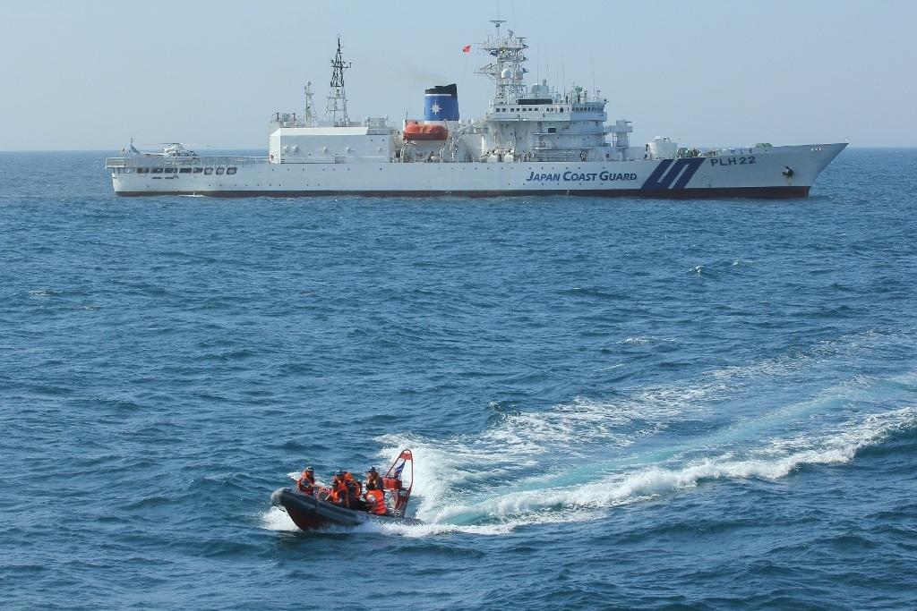 Cảnh sát biển Việt Nam hạ xuồng cơ động tiếp cận đối tượng