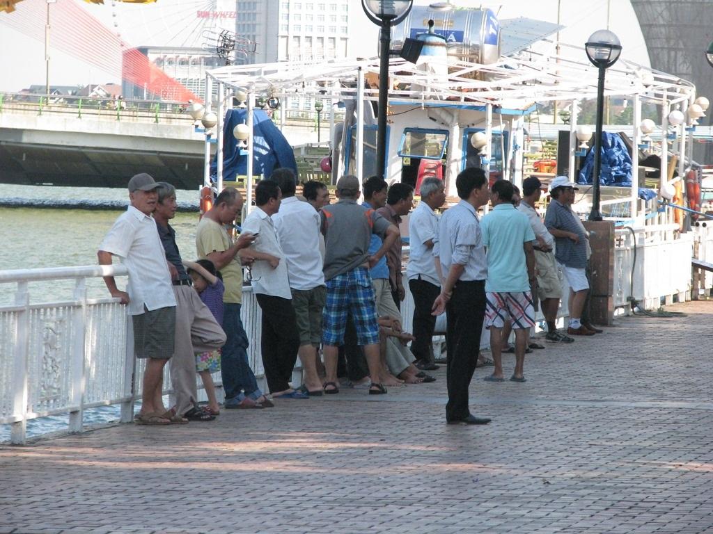 Cứ chiều chiều, nhiều người ra bờ sông Hàn để tận hưởng luồng gió mát từ dưới sông lên