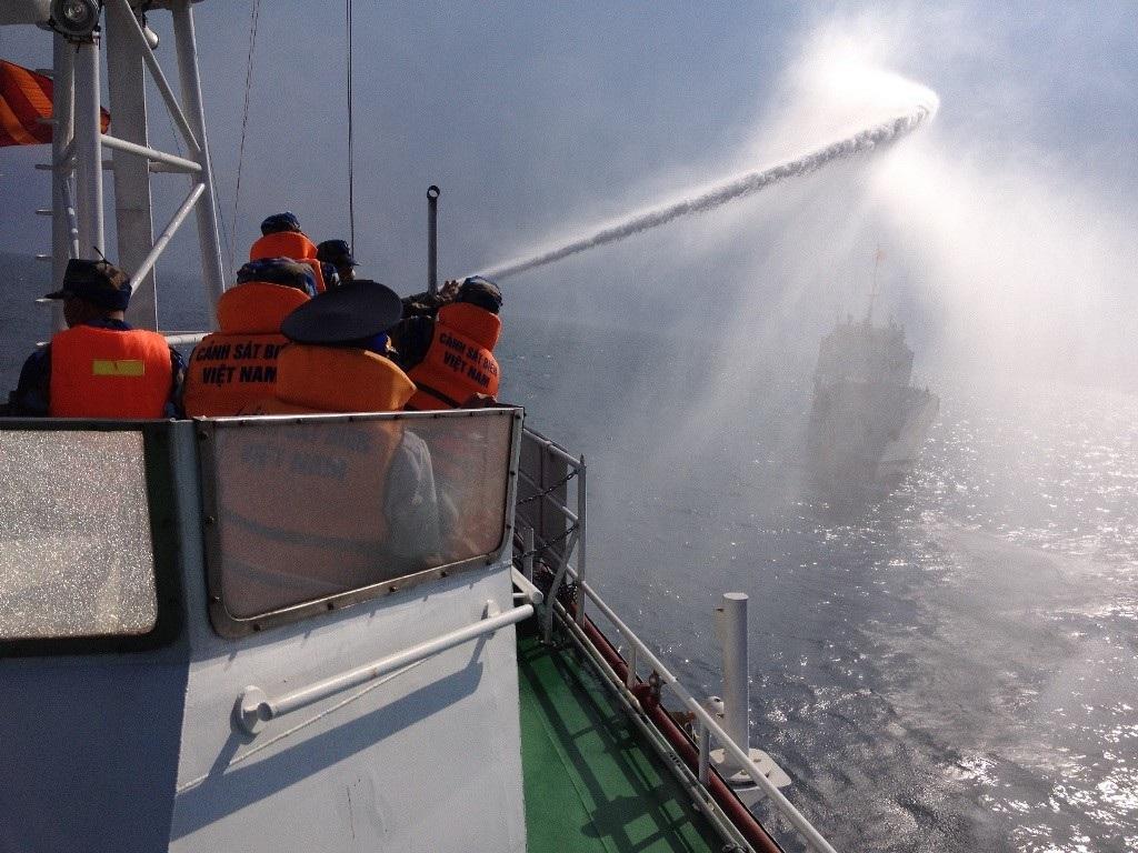 Các hình ảnh cứu hỏa tàu bị nạn.