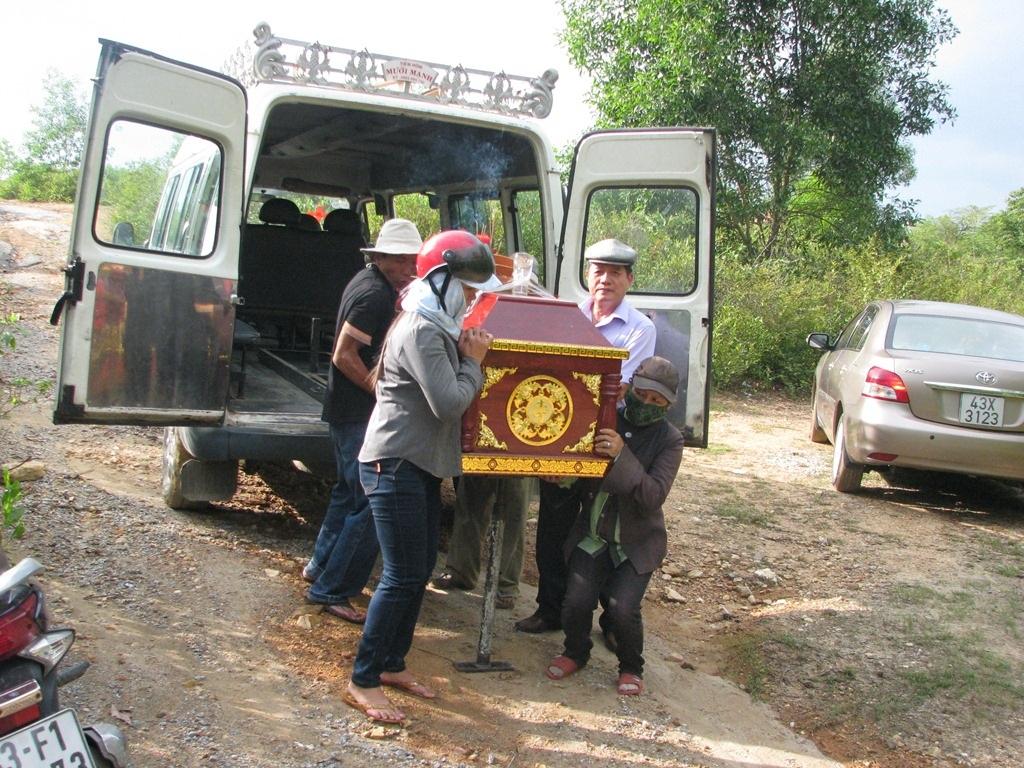 Nhân Hậu được đưa từ xe vào nghĩa trang