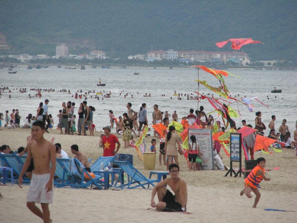 Bãi biển Mỹ Khê càng về chiều càng đông người.
