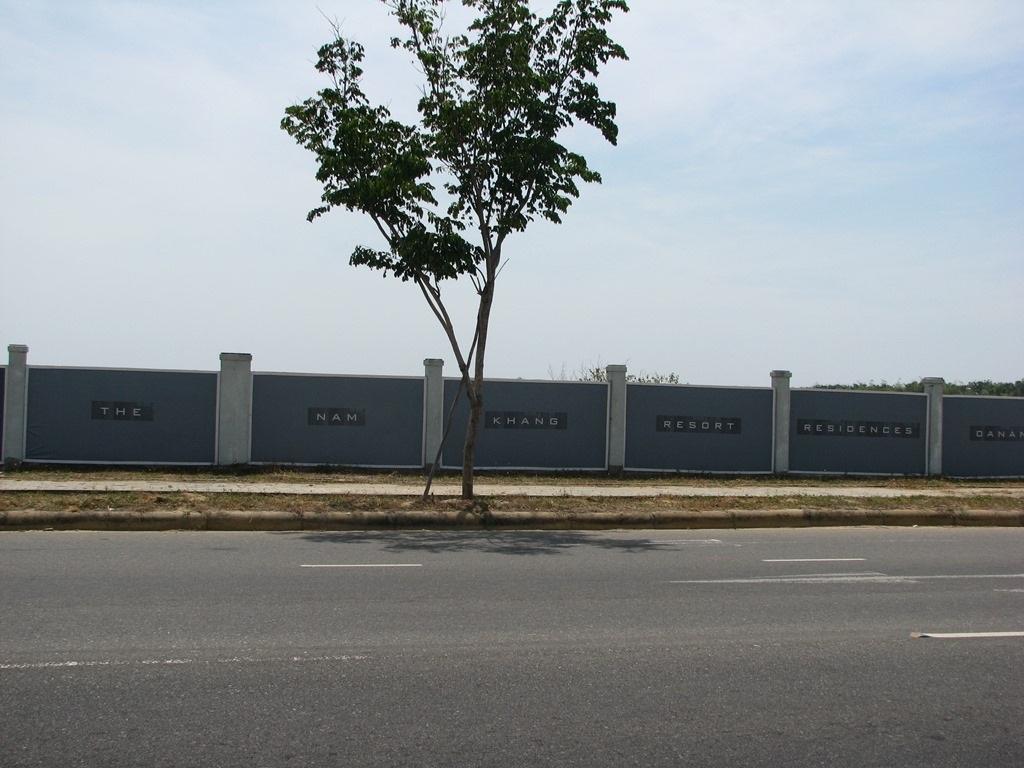Dự án The Nam Khang cũng chỉ mới xây được tường bao