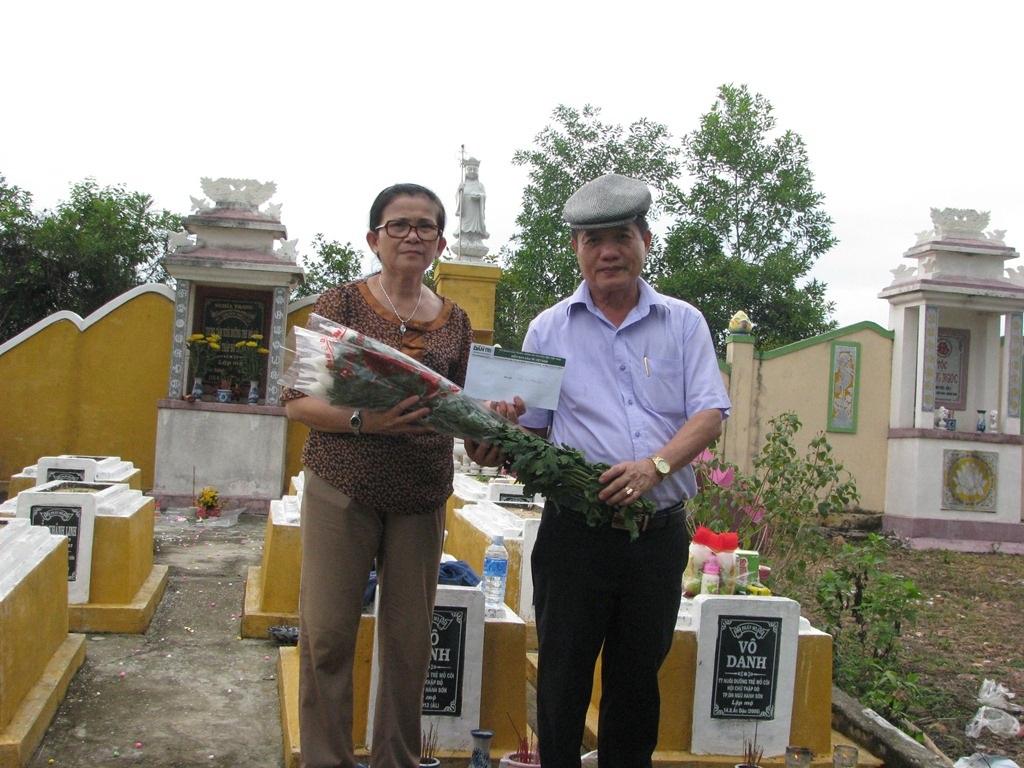 Nhà báo Nguyễn Đình Hòa - Trưởng đại diện VP Báo Dân trí tại Đà Nẵng viếng bé Nhân Hậu
