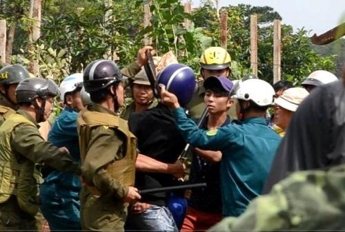 CTV Thanh Hải (áo đen) trong buổi cưỡng chế đất tại xã Cư Kpô