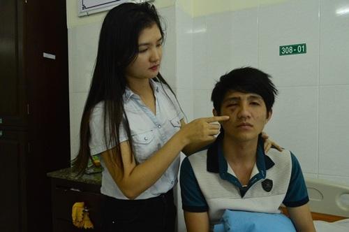 Anh Nguyên điều trị thương tích tại bệnh viện sau khi đập mặt vào gậy của CSGT (ảnh CTV)