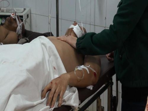 Một chiến sĩ bị thương đang nằm điều trị tại bệnh viện