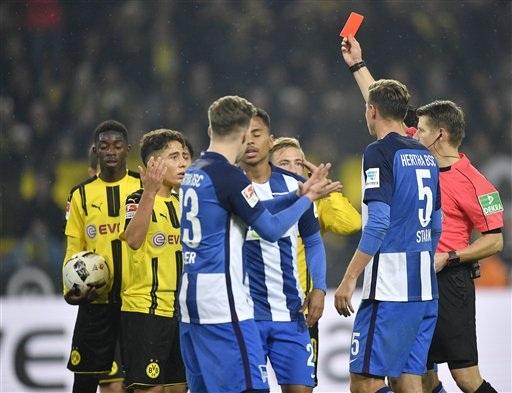 Trận đấu chứng kiến tới 2 thẻ đỏ