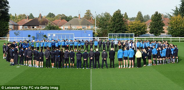 Toàn đội Leicester City dành 1 phút mặc niệm cho nhà vua Thái Lan