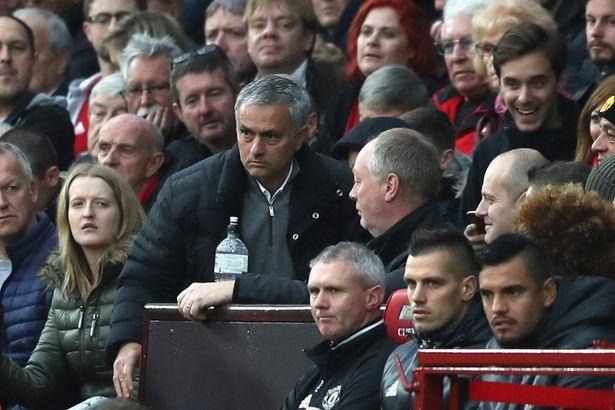 HLV Mourinho đối diện với án phạt kép