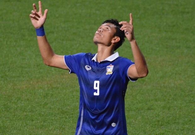 Ở CLB Muangthong United cùng như ĐTQG Thái Lan, Adisak Kraisorn đã thi đấu rất an ý với Teerasil Dangda. Vì vậy, chấn thương của cầu thủ 25 tuổi này ảnh hưởng khá nhiều tới hàng công của Thái Lan.