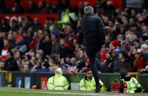 HLV Mourinho nhận án cấm chỉ đạo 1 trận