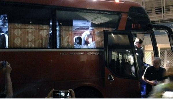 Chiếc xe bus chở đội tuyển Indonesia bị ném đá (ảnh VFF)