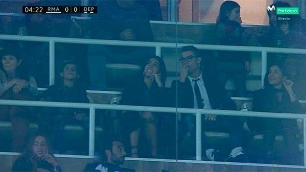 C.Ronaldo xuất hiện bên bạn gái cùng gia đình trên khán đài SVĐ Bernabeu