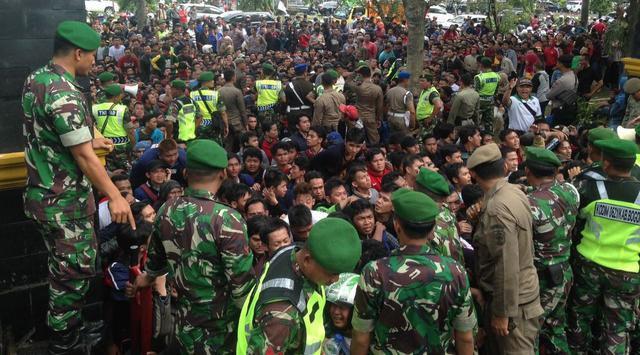 Cảnh sát được huy động tối đa để bảo vệ ở các khu vực bán vé