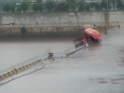 Người dân vẫn thản nhiên ngồi câu cá ngay nơi được dự báo là tâm bão