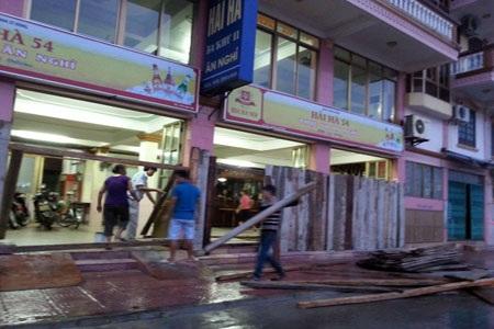 Nhiều nhà hàng tại Đồ Sơn đến 18 h chiều nay mới tiến hành gia cố nhà cửa (Ảnh: Thu Hằng)