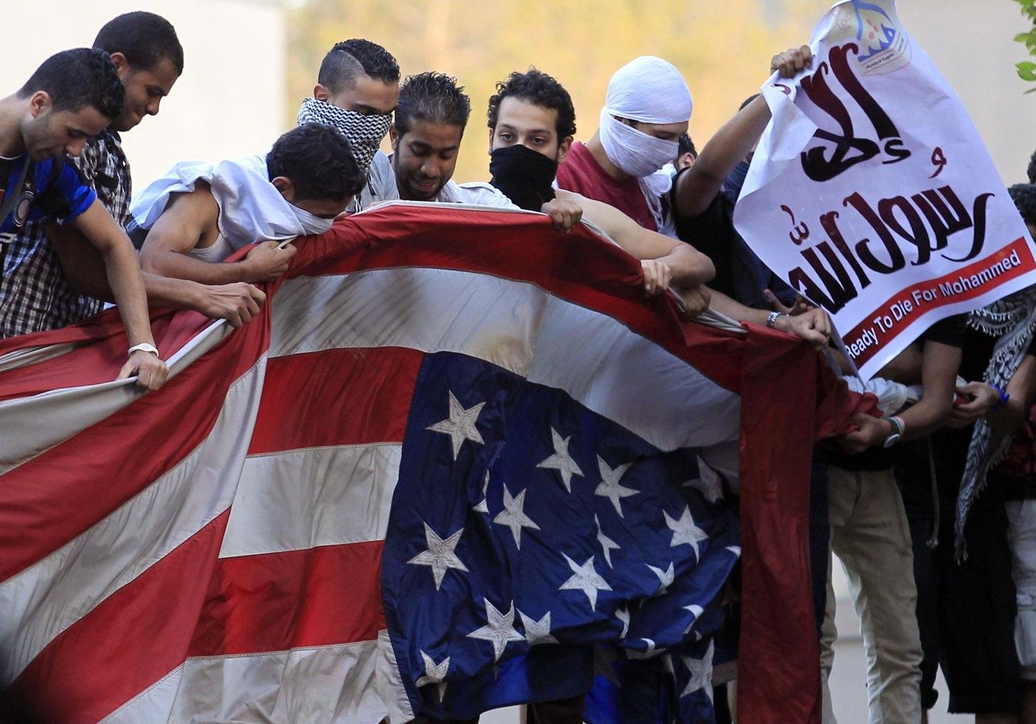 Người biểu tình Ai Cập tìm cách xé cờ Mỹ.