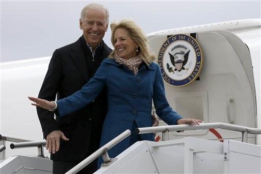 Phó Tổng thống Joe Biden và phu nhân bất ngờ tới Ohio trên chiếc Không lực số 2.