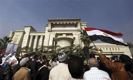 Biển người biểu tình phong tỏa Tòa án Hiến pháp Tối cao Ai Cập.